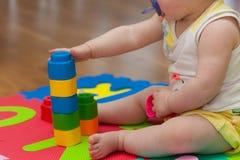 Giochi del bambino con la particella elementare Immagini Stock