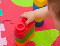 Giochi del bambino con la particella elementare Fotografie Stock Libere da Diritti