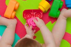 Giochi del bambino con la particella elementare Fotografia Stock