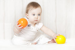 Giochi del bambino con un giocattolo Fotografie Stock Libere da Diritti