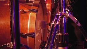 Giochi del batterista su una grancassa con il pedale video d archivio