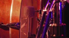 Giochi del batterista su una grancassa con il pedale stock footage