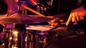 Giochi del batterista sull'insieme e sul piatto del tamburo Fotografia Stock
