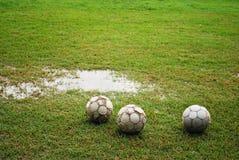 Giochi del calcio su un campo bagnato Immagine Stock Libera da Diritti