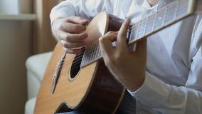 Giochi del chitarrista sulla chitarra acustica a casa video d archivio