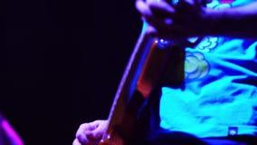 Giochi del giocatore di basso elettrico sul concerto rock stock footage