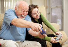 Giochi del gioco teenager e del Grandpa video Fotografie Stock