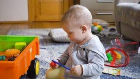 Giochi del neonato nella stanza stock footage