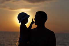 Giochi del padre con il figlio contro un tramonto Immagine Stock Libera da Diritti