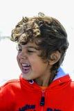 Giochi del ragazzo alla spiaggia immagine stock libera da diritti