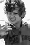 Giochi del ragazzo alla spiaggia immagini stock libere da diritti