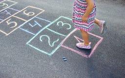 Giochi del ` s dei bambini di strada in classici Fuoco selettivo fotografie stock libere da diritti