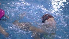 Giochi dell'acqua del ` s dei bambini nello stagno I bambini bagnano nella piscina stock footage