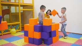 Giochi dell'interno del ` s dei bambini video d archivio