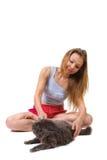 Giochi della donna con il gatto Immagini Stock