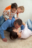 Giochi della famiglia nella stanza Fotografia Stock Libera da Diritti