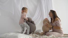 Giochi della figlia e della madre con i giocattoli della peluche archivi video