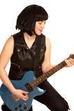 Giochi della giovane donna su una chitarra elettrica Immagine Stock