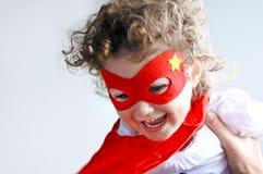 Giochi della madre con la piccola ragazza del bambino del supereroe Immagine Stock