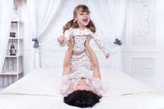 Giochi della madre con sua figlia Immagini Stock