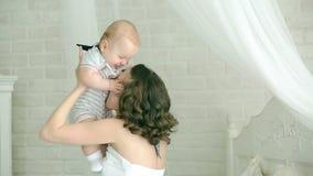 Giochi della mamma con il bambino Giovane famiglia Bambino e madre di sei mesi Mamma felice Madre e figlio che hanno divertimento video d archivio