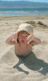 Giochi della neonata con una sabbia Immagini Stock Libere da Diritti
