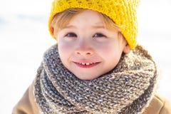 Giochi della neve Concetto di vacanze invernali Abbia festa meravigliosa Nuovo anno felice e Buon Natale Neve felice del bambino  fotografia stock libera da diritti