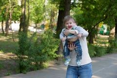 Giochi della nonna con il suo nipote fotografie stock libere da diritti