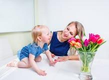 Giochi della ragazza con la mamma Fotografia Stock Libera da Diritti