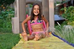 Giochi della ragazza nel suo cortile Fotografia Stock Libera da Diritti