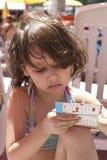 Giochi della ragazza sulla spiaggia Immagine Stock Libera da Diritti