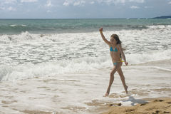Giochi della ragazza sulla spiaggia III Fotografia Stock Libera da Diritti