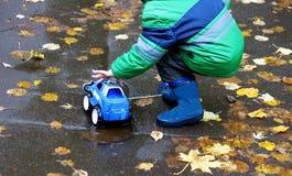 Giochi di autunno nell'aria fresca fotografia stock