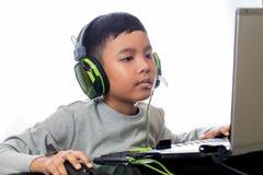 Giochi di computer asiatici del gioco del bambino Fotografia Stock