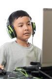 Giochi di computer asiatici del gioco del bambino (colpo verticale) Fotografie Stock Libere da Diritti