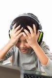 Giochi di computer asiatici del gioco del bambino con il gesto deludente Fotografia Stock