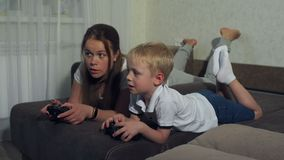 Giochi di computer del gioco del figlio e della madre con le leve di comando che si trovano sullo strato stock footage