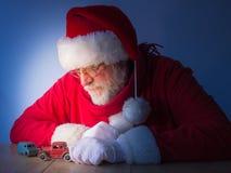 Giochi di Santa Claus con i giocattoli d'annata Natale Fotografia Stock Libera da Diritti