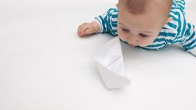 Giochi divertenti del bambino con la barca di carta video d archivio