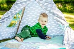 Giochi divertenti divertenti del ragazzino nel parco 2-3 anni Il concetto Immagini Stock