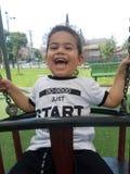 Giochi e risata felici del ragazzo Fotografie Stock Libere da Diritti