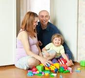 Giochi felici della famiglia nella casa Fotografia Stock Libera da Diritti
