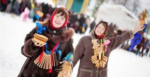 Giochi felici delle ragazze durante lo Shrovetide Fotografie Stock Libere da Diritti