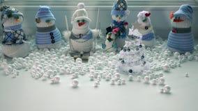 Giochi i pupazzi di neve fatti a mano e la bufera di neve fuori della finestra Spazio libero per l'iscrizione Fotografie Stock