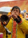 Giochi il corno di Suona nella neve Fotografie Stock Libere da Diritti