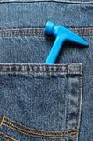 Giochi il martello di plastica in una tasca posteriore di un denim Fotografia Stock