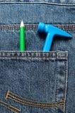 Giochi il martello di plastica in una tasca posteriore di un denim con una matita Fotografia Stock Libera da Diritti