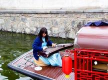 Giochi il pipa sulla barca facente un giro turistico Fotografie Stock Libere da Diritti