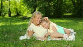Giochi incinti della madre dei giovani con sua figlia Famiglia felice archivi video