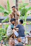 Giochi indonesiani concorrenza del palo o di traditinal sdrucciolevole rampicante di Panjat Pinang fotografia stock libera da diritti